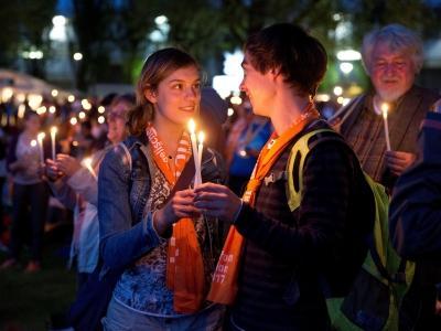 Junges Paar mit Kerzen auf dem Ev. Kirchentag