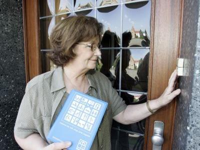 ältere Frau klingelt an der Haustüre