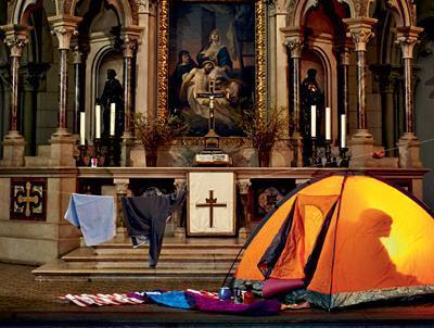 Campingzelt steht in einer Kirche