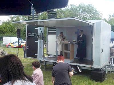 umgebauter Pkw-Anhänger fungiert als mobile Kirche