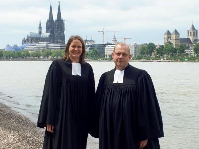 Pfarrerin und Pfarrer im Talar am Kölner Rehinufer