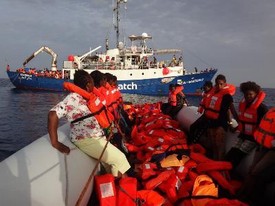 Flüchtlinge im Mittelmeer auf dem Weg zum Rettungsschiff 'Sea-Watch'.