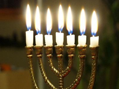 ein jüdischer Menora-Leuchter mit brennenden Kerzen