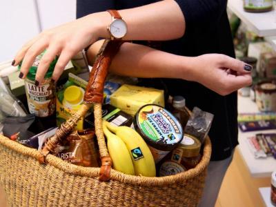Einkaufskorb voller fair gehandelter Produkte