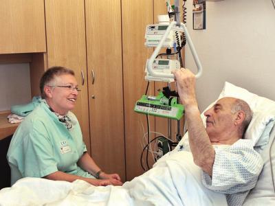 Besucherin am Krankenhaus-Bett