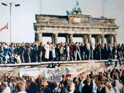 Menschenmenge vor dem Brandenburger Tor in Berlin
