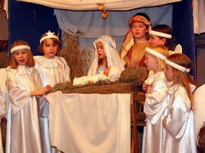 verkleidete Kinder spielen die Weihnachtsgeschichte nach