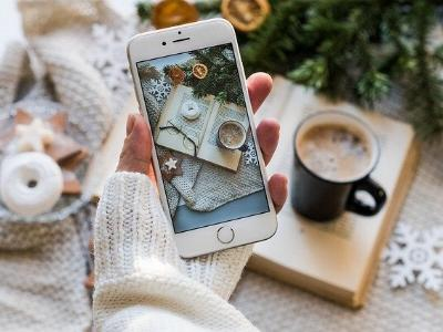 Weihnachtsdeko auf einem Handy-Foto