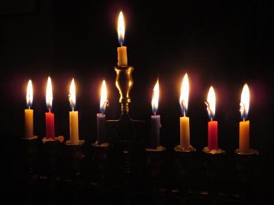 Chanukka-Leuchter mit acht Kerzen