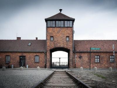 Das Eingangstor zum NS-Vernichtungslager Auschwitz-Birkenau