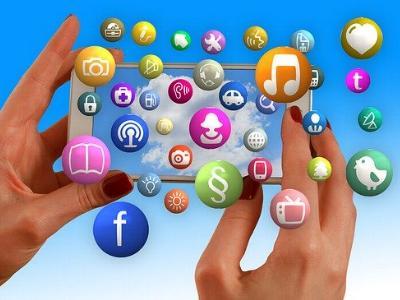 Handy mit vielen Apps auf dem Bildschirm