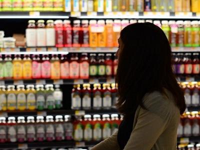 Frau vor einem Supermarkt-Regal
