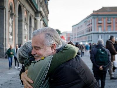 Mann und Frau umarmen sich auf offener Straße