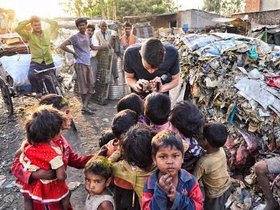 Kinder in einem indischen Slumviertel