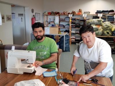zwei Männer an einer Nähmaschine