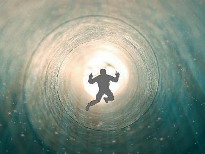 Schattenfigur fliegt einem hellen Licht im Jenseits entgegen