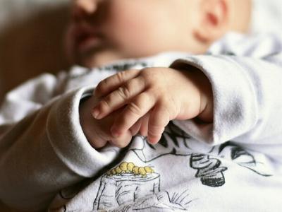 Säugling mit gefalteten Händen