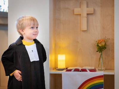 kleiner Junge als Pfarrer verkleidet