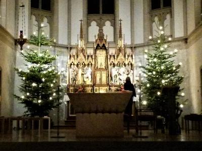 Altarraum mit zwei Weihnachtsbäumen