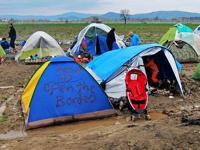 einfache Flüchtlingszelte stehen im Schlamm