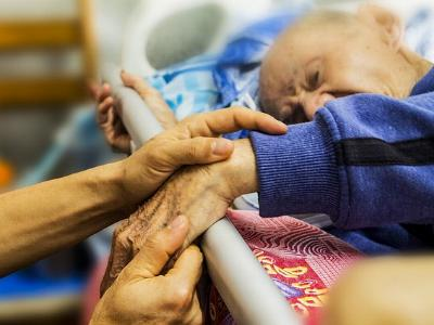 alter Mensch im Pflegebett