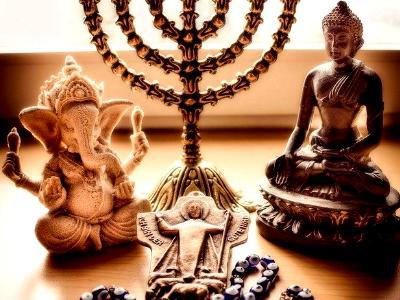 verschiedene Symbole stehen für die Weltreligionen