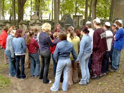 Eine deutsch-jüdische Schulklasse besucht einen jüdischen Friedhof