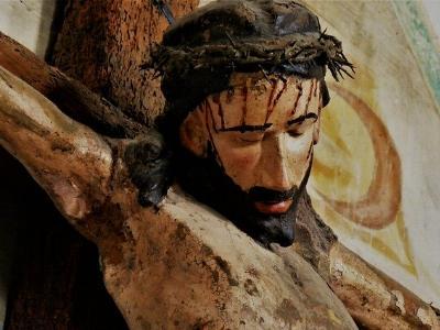 Gesicht Jesu an einem hölzernen Kruzifix