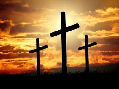 drei Kreuze auf einem Hügel