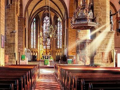 Blick in eine prunkvolle Kirche