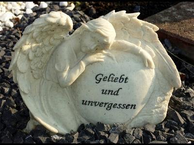 Stein-Engel mit Inschrift 'geliebt u. unvergessen'