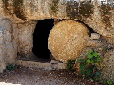 Felsengrab mit zur Seite gerolltem Schlussstein