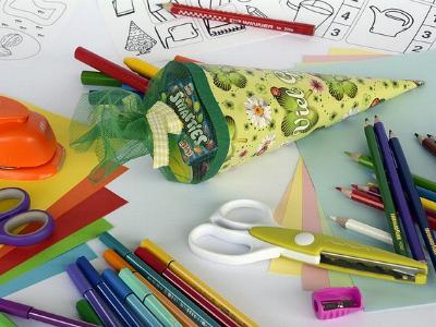 Schultüte und Schulmaterial auf einem Tisch