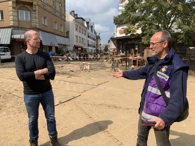 Nach der Unwetter-Katastrophe vom 15. Juli 2021 besucht Präses Thorsten Latzel (links) die schwer getroffene Stadt Bad Neuenahr.