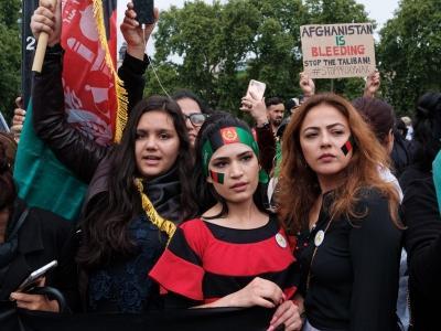 Frauen mit afghanischen Fahnen demonstrieren